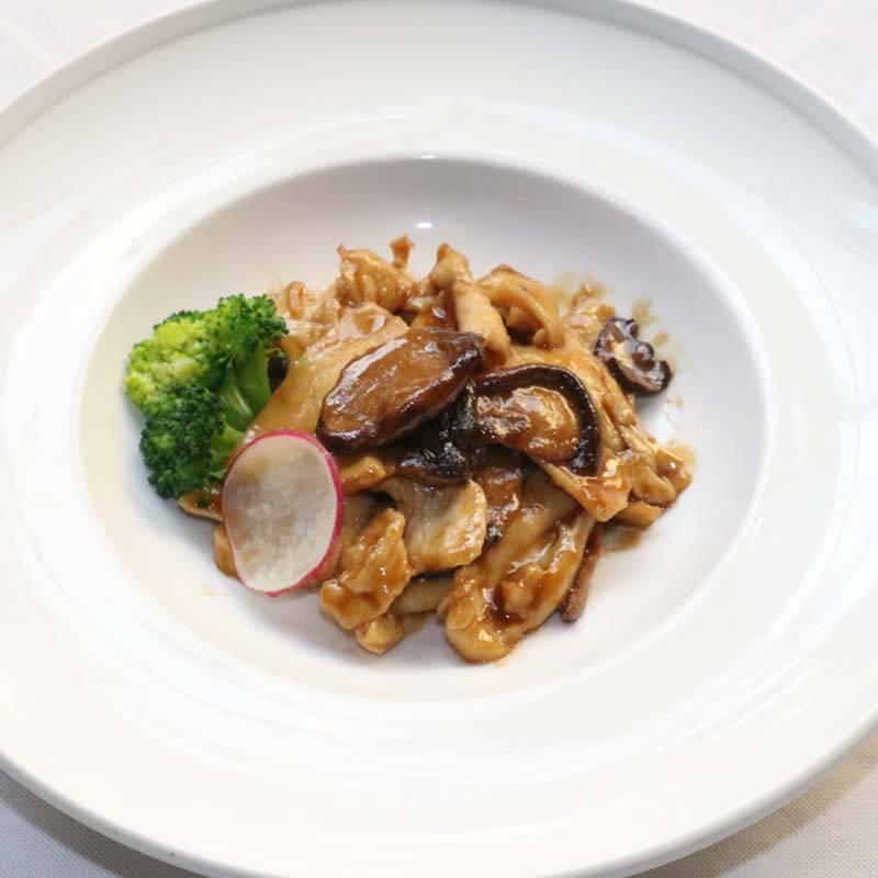 S6 pollo saltato con bambù e funghi 双东鸡肉