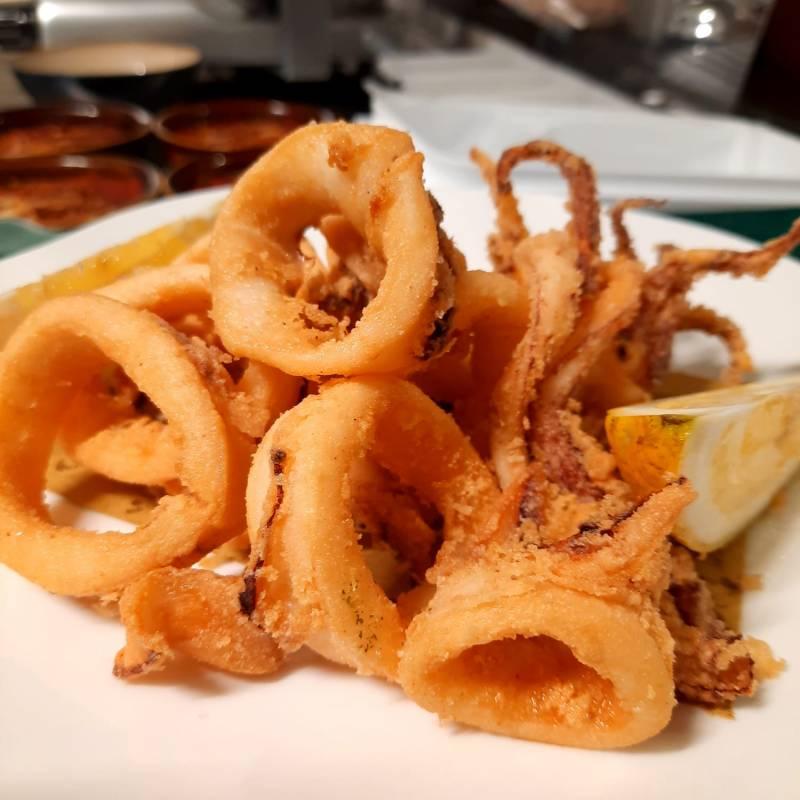 Calamaro fritto con insalata