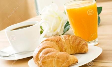 Cornetto, caffè e spremuta d\'arancia